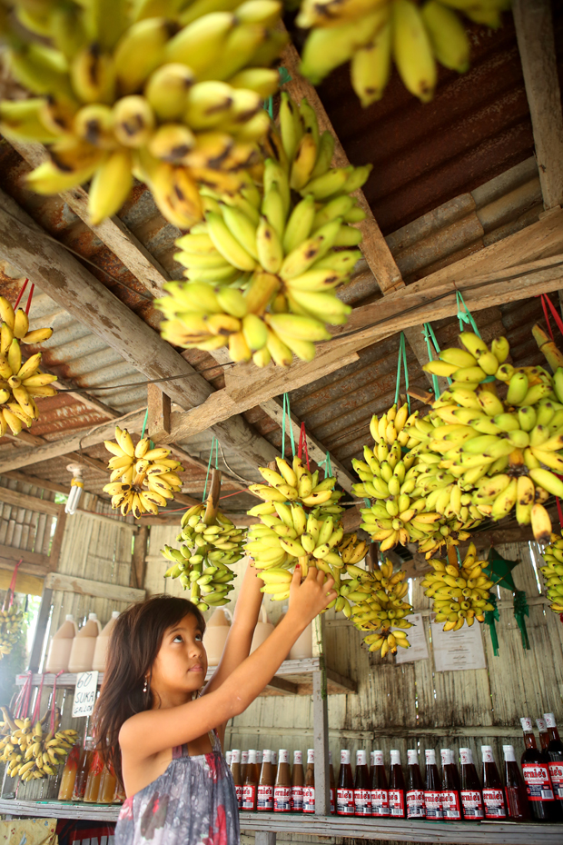 01_i-mag photography magazine_Leslie Chua_girl selling bananas in market